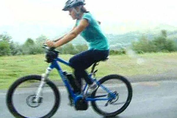L'assistance d'un moteur électrique permet à des vacanciers non entraînés mais aussi à des enfants de s'attaquer au cols sillonnés par les coureurs du Tour de France.