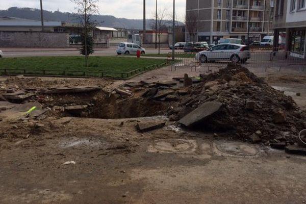 La rupture de la canalisation rue Malouet à Rouen a provoqué un trou de 2 mètres