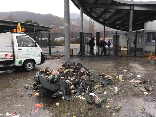 Poubelle incendiée devant le lycée Pablo Neruda à Saint-Martin-d'Hères près de Grenoble