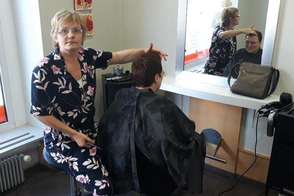 Catherine Weingaessel gère tant bien que mal son salon de coiffure toute seule, alors qu'elle aurait du travail pour plus de deux personnes.