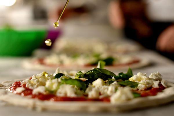Une pizza juste avant la cuisson. (image d'illustration)