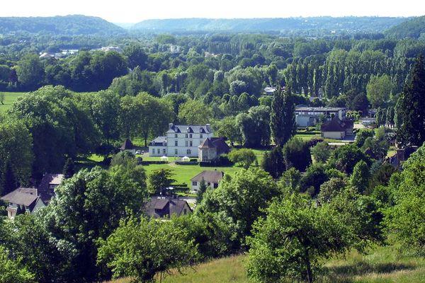 Dans l'Eure, à Montfort-sur-Risle, une nouvelle journée de plein soleil sur le château de la Motte, en ce lundi.