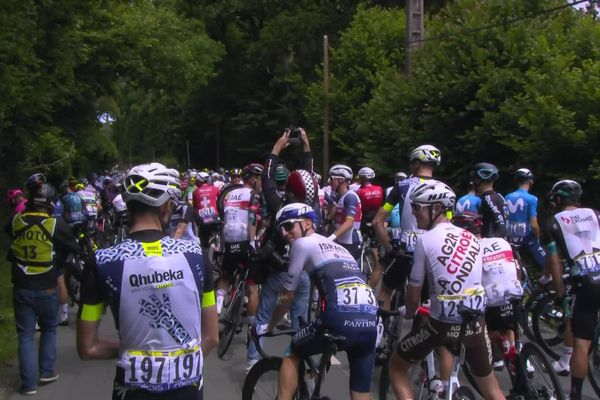 Le peloton du Tour de France a mis pied à terre pendant quelques instants, à la surprise générale