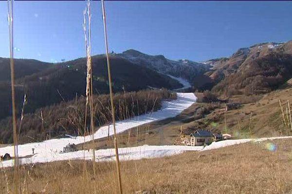 Les pistes de ski en neige de culture tracent des sillons dans les stations du Mercantour.