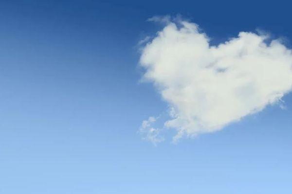 Tapis bleu et blanc et de beaux rayons de soleil pour fêter la Saint-Valentin