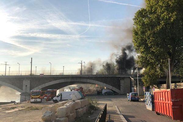 Un incendie s'est déclarée sur le Pont National dans le 13ème arrondissement de Paris