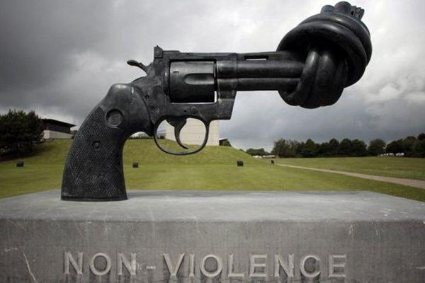 """Le rendez-vous du rassemblement citoyen est fixé devant """" le revolver"""" de l'artiste suédois Carl Frederik Reutersward  près du Mémorial de Caen, ce samedi matin, à 11H30."""