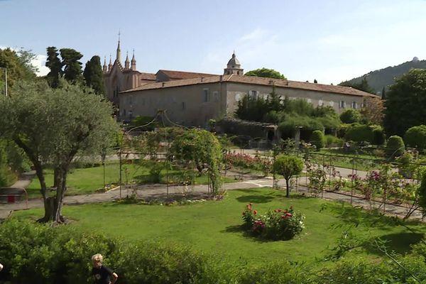 11 jardins et parcs de la ville de Nice proposent des cours de yoga matinaux.