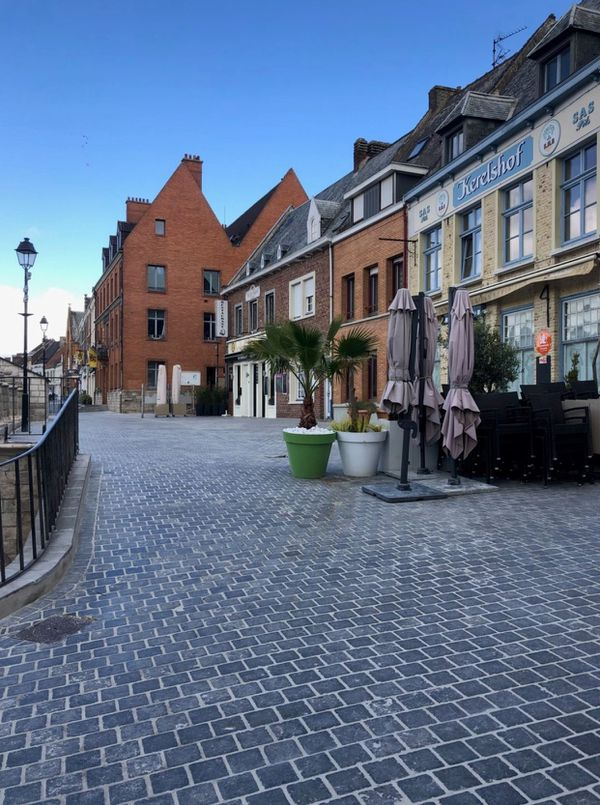 La municipalité de Cassel a réalisé des travaux pendant le connfinement, afin que les terrasses soient prêtes à accueillir de nouveau les habitants et les touristes.