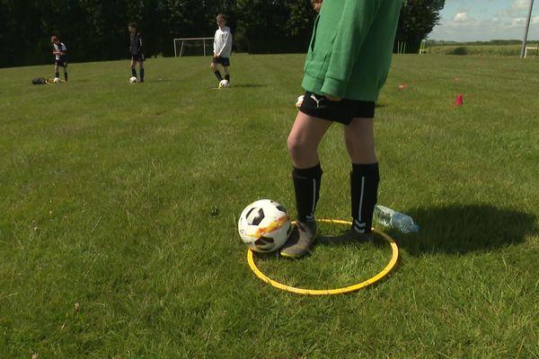 Des ballons numérotés et personnels, des cerceaux comme zone de repos : à Talmas, le club de foot a adapté ses entraînements pour que les moins de 13 ans puissent revenir jouer.