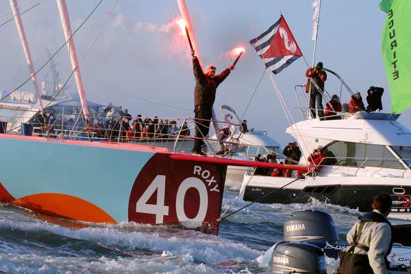 Sam Davies célèbre son arrivée aux Sables d'Olonne sur le Vendée Globe 2008, le 14 février 2009