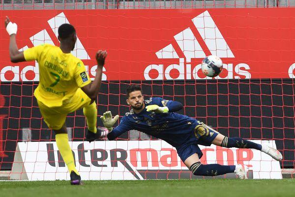 Le canari Kalifa Coulibaly transforme un pénalty à la 56 e minute de jeu (0-3) au stade Francis le Blé à Brest. Le cauchemar brestois continue...