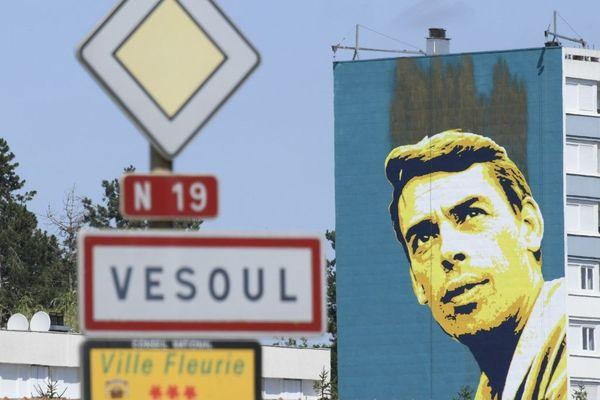 Jacques Brel s'affiche en grand sur la façade d'un immeuble du quartier de Montmartin à Vesoul.