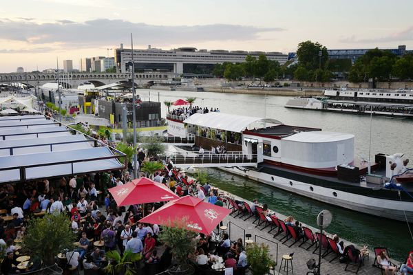 Les quais de Seine côté Bibliothèque nationale de France, avec des bars et des restaurants.