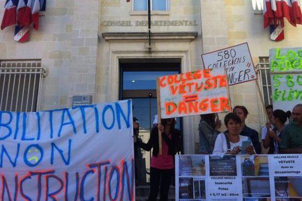 Baisse de 50 % de l'investissement dans les collèges. Les parents d'élèves et les élus de Neuillé-Pont Pierre manifestent devant le conseil départemental d'Indre-et-Loire - 10 juillet 2015