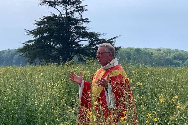 Le père Geoffroy de la Tousche a célébré la messe dans un champ pendant le confinement