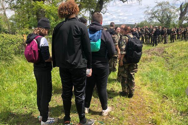 Huit mineurs délinquants ont randonné avec une classe de l'école de Gendarmerie de Montluçon, pour faire tomber les stéréotypes.