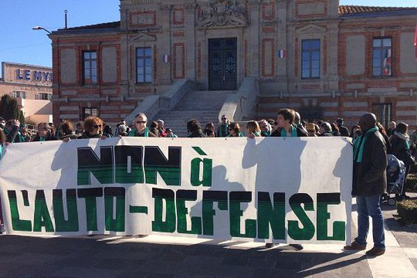 Une seule banderole déployée devant la mairie de Lavaur.