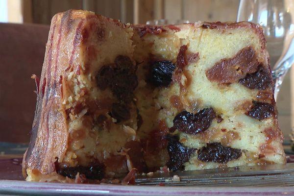 Le farcement est cuisiné à base de pommes de terres, de lard, de pruneaux, poires et raisins secs