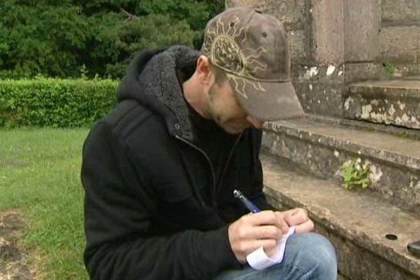 Le géocaching est un loisir qui consiste à rechercher, GPS en main, une boîte cachée dans la nature par des particuliers, les géocacheurs.