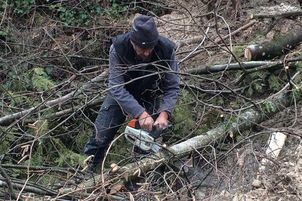 Il faut dégager la boue et tronçonner les arbres qui bloquent la circulation