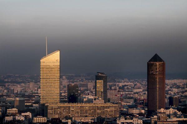 Vue du quartier de la Part-Dieu à Lyon pendant une épisode de pollution aux particules fines le 28 février 2019.