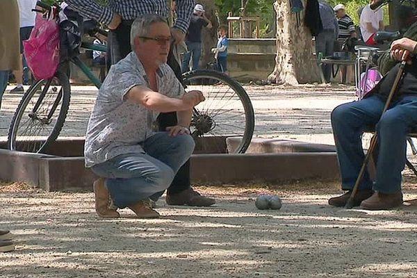 Nîmes - les joueurs de boules au Bosquet, temple de la pétanque, ils sont tous en jean - avril 2018.