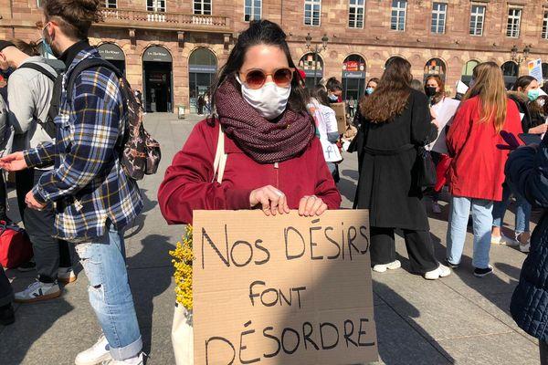 Des centaines de femmes rassemblées place Kléber à Strasbourg à l'occasion de la journée internationale des droits des femmes pour dénoncer notamment l'inégalité persistante homme-femme