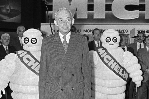 François Michelin, au Salon de l'automobile, porte de Versailles à Paris, entouré de deux bibendum, le 05 octobre 1984.