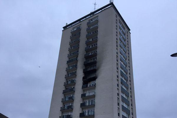 Le feu s'est déclaré dans l'après-midi du 28 décembre au sein de cette tour d'habitation, à Creil.