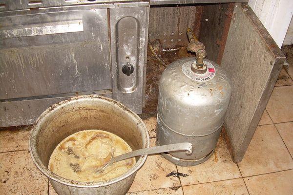 Le laboratoire de la boucherie clandestine, dans un état d'hygiène repoussant.