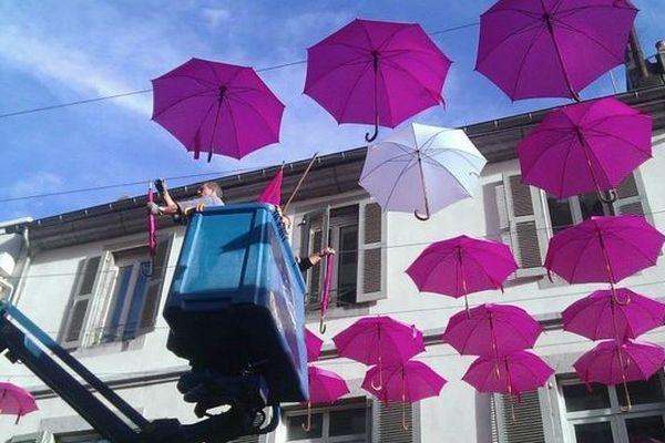 900 parapluies déployés dans la rue Brahauban à Tarbes