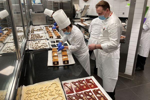 Le chef pâtissier Benoit Charvet et son équipe dans les cuisines de l'auberge de Paul Bocuse. 23 décembre 2020.