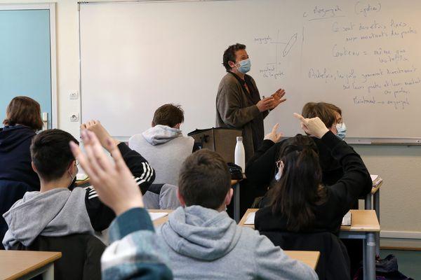 Illustration de cours dans un lycée, avec professeur