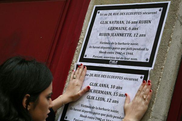 Une plaque, un nom et une adresse. Des affiches ont été collées cette nuit en la mémoire des enfants juifs déportés.