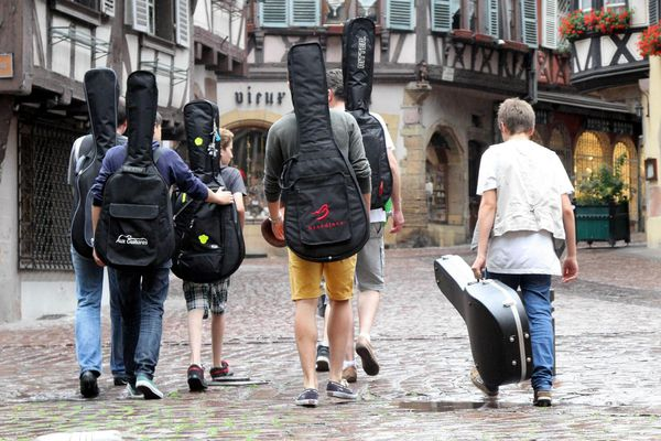 Quand les musiciens descendent dans la rue malgré la pluie