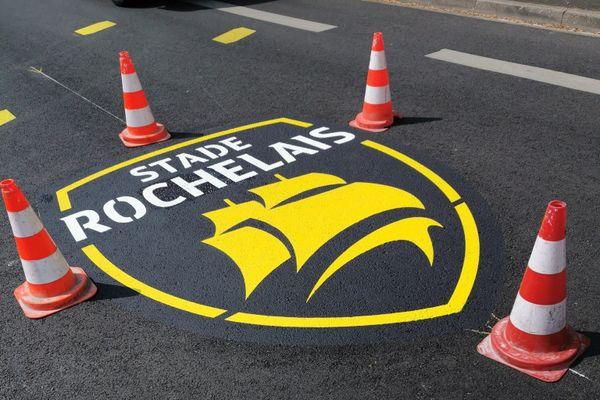 Des drapeaux du Stade Rochelais qui s'affichent un peu partout en ville.