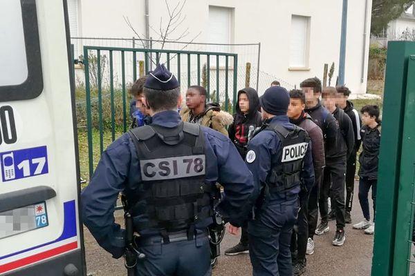 Des images montrant des interpellations de masse de jeunes à Mantes-la-Jolie, jeudi 6 décembre, ont créé la polémique en plein mouvement des gilets jaunes. Elles font suite à des incidents devant le lycée Saint-Exupéry, situé dans la ville.