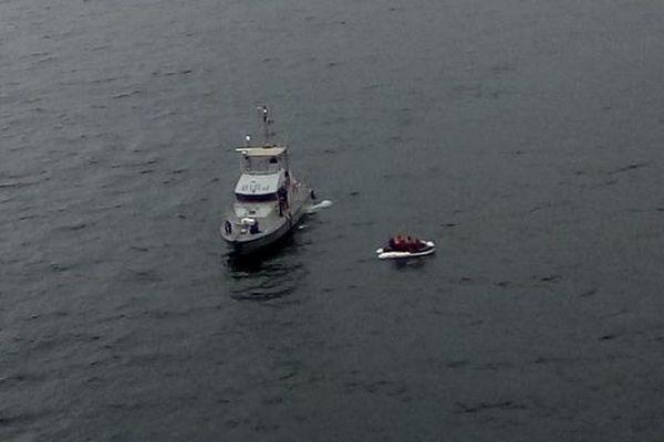 La vedette l'Escaut de la gendarmerie maritime a récupéré les 15 naufragés, tombés en panne moteur avec leur canot pneumatique.