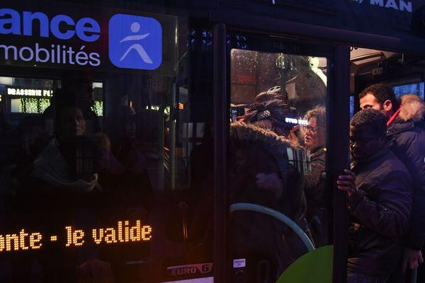 Des voyageurs serrés dans un bus, Gare du Nord, mercredi 18 décembre.