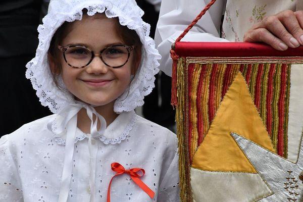 Une petite fille, vêtue des vêtements traditionnels périgourdins.