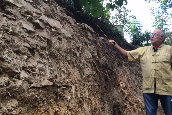 Il peut être fier de sa trouvaille : par hasard, Daniel Gilbert déterre un mur médiéval...