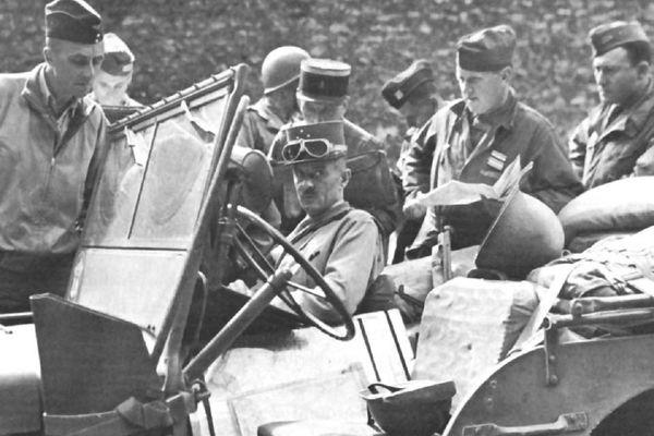 Le général Leclerc, photographié sur le front avec ses hommes de la deuxième division blindée (2DB), pendant la Seconde Guerre mondiale.