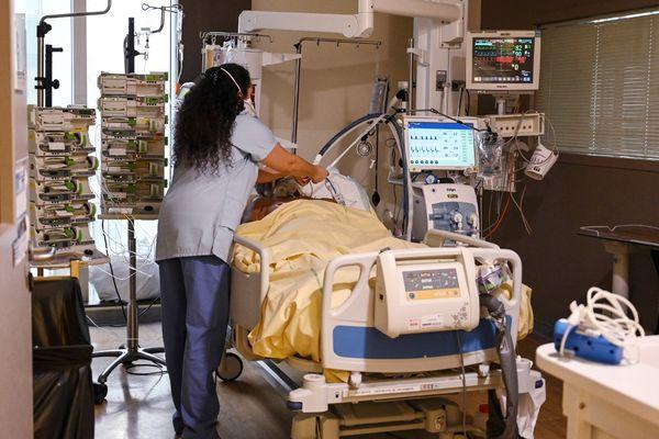Un patient hospitalisé dans l'unité de soins intensifs de l'hôpital Avicenne à Bobigny. (Archive)