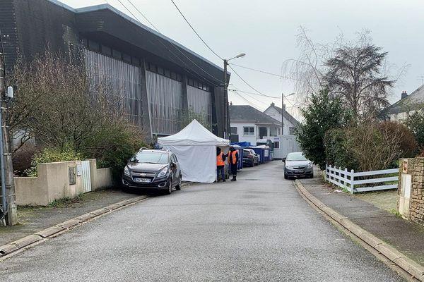 L'entrée du gymnase est filtrée par des agents de sécurité pour éviter les nouvelles installations de migrants.