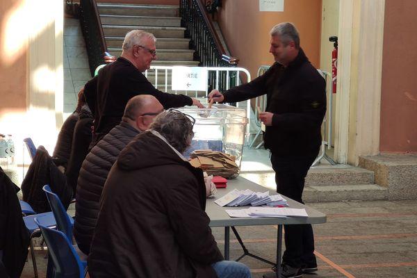 Jean Canarelli, qui dirige le laboratoire d'analyse en charge des tests de dépistage du coronavirus pour la Corse, a voté au bureau de la mairie d'Ajaccio, ce matin.