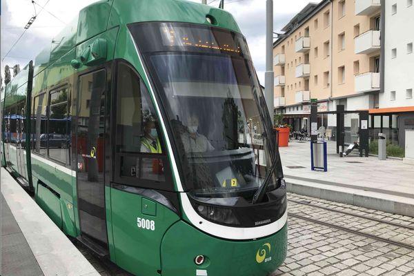 Le tram 3 à Saint-Louis direction Bâle, conducteur et passagers portent le masque.