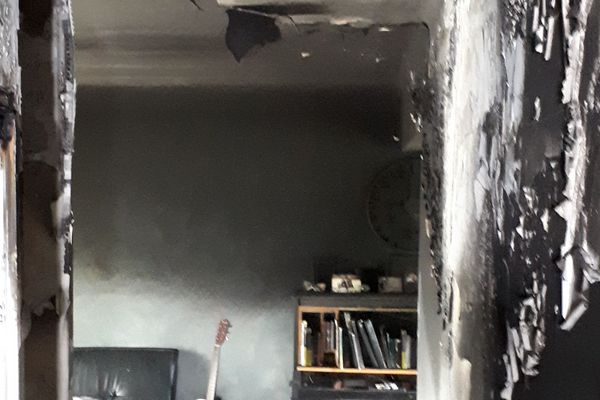 L'entrée de la maison a été totalement ravagée par les flammes.