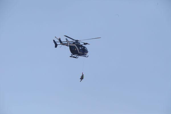 L'hélicoptère de secours de la gendarmerie (photo d'illustration) vient en aide aux randonneurs blessés.
