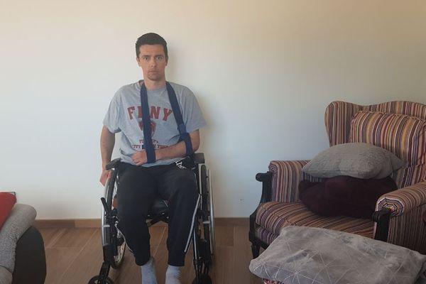 Antoine Albrespy, dans sa maison à Gujan-Mestras, en Gironde. L'agent de sécurité du CEA désormais hémiplégique se bat pour obtenir une indemnisation de son employeur.